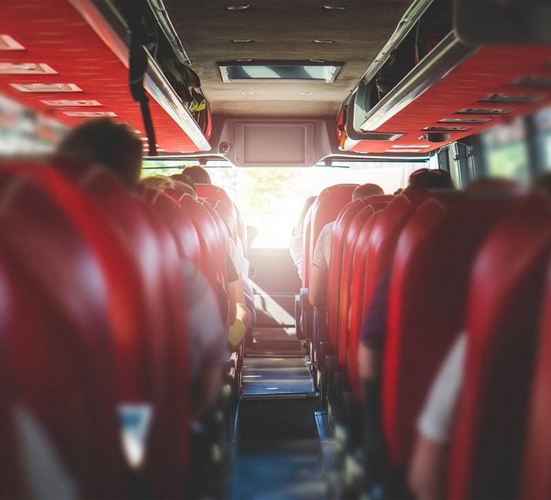 Intérieur d'un bus avec des sièges en cuir