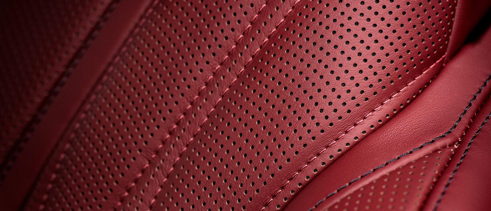 Vue de près sur du cuir rouge